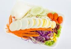 Ensalada de las verduras frescas con los huevos slied Fotos de archivo libres de regalías