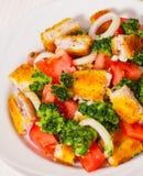 Ensalada de las verduras frescas con los prendederos de pescados empanados fritos Imagenes de archivo