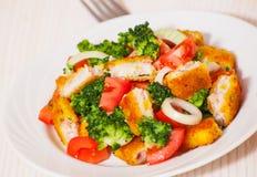 Ensalada de las verduras frescas con los prendederos de pescados empanados fritos Imágenes de archivo libres de regalías