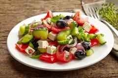Ensalada de las verduras frescas con queso y aceitunas imagen de archivo libre de regalías