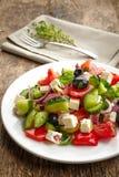 Ensalada de las verduras frescas con queso y aceitunas foto de archivo