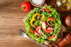 Ensalada de las verduras frescas con verdes en la tabla de madera Foto de archivo