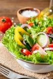 Ensalada de las verduras frescas con verdes en la tabla de madera Fotografía de archivo libre de regalías