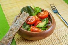 Ensalada de las verduras frescas en cuenco de madera en la servilleta de bambú con la patata a la inglesa Fotografía de archivo libre de regalías