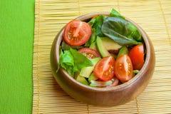 Ensalada de las verduras frescas en cuenco de madera en la servilleta de bambú con la patata a la inglesa Foto de archivo libre de regalías