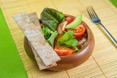 Ensalada de las verduras frescas en cuenco de madera en la servilleta de bambú con la patata a la inglesa Imágenes de archivo libres de regalías