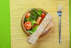 Ensalada de las verduras frescas en cuenco de madera en la servilleta de bambú con la patata a la inglesa Fotografía de archivo