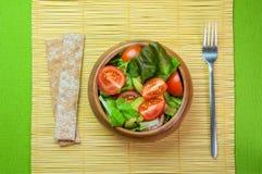 Ensalada de las verduras frescas en cuenco de madera en la servilleta de bambú con la patata a la inglesa Imagenes de archivo