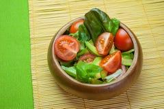 Ensalada de las verduras frescas en cuenco de madera en la servilleta de bambú con la patata a la inglesa Imagen de archivo libre de regalías