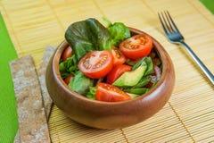 Ensalada de las verduras frescas en cuenco de madera en la servilleta de bambú con la patata a la inglesa Fotos de archivo