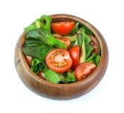 Ensalada de las verduras frescas en el cuenco de madera aislado en el backgroun blanco Foto de archivo libre de regalías