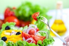 Ensalada de las verduras frescas y aceite de oliva sanos
