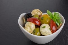 Ensalada de los Antipasti con los tomates y las aceitunas Foto de archivo libre de regalías