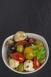 Ensalada de los Antipasti con los tomates y las aceitunas Imagen de archivo libre de regalías