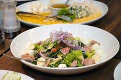 Ensalada de los huevos de codornices, de la carne, de las cebollas, de las verduras y de las hierbas en un disco Imagen de archivo libre de regalías