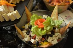 Ensalada de los Nachos con mucho queso imágenes de archivo libres de regalías