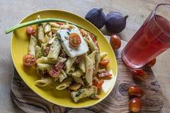Ensalada de los tallarines con el queso de queso Gorgonzola imagen de archivo libre de regalías