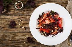 Ensalada de los tomates con una albahaca violeta y nueces de pino Imagenes de archivo