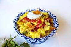 Ensalada de maíz picante con la porción salada del huevo con las verduras frescas foto de archivo libre de regalías