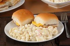 Ensalada de macarrones y mini cheeseburgers Fotos de archivo libres de regalías