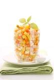 Ensalada de Olivier del Año Nuevo de patatas, de zanahorias, de huevos, de salmueras y de la mayonesa Foto de archivo libre de regalías