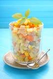Ensalada de Olivier del Año Nuevo de patatas, de zanahorias, de huevos, de salmueras y de la mayonesa Imágenes de archivo libres de regalías