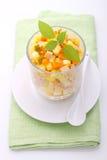 Ensalada de Olivier del Año Nuevo de patatas, de zanahorias, de huevos, de salmueras y de la mayonesa Fotos de archivo