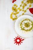 Ensalada de Olivier en una tabla con las decoraciones de la Navidad La Navidad C Imagenes de archivo