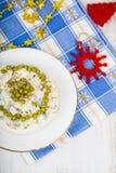 Ensalada de Olivier en una tabla con las decoraciones de la Navidad La Navidad C Fotografía de archivo