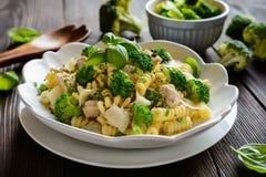 Ensalada de pasta con la carne, el bróculi, el queso y la albahaca del pollo Foto de archivo libre de regalías