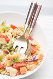 Ensalada de pasta italiana con los tomates fotos de archivo