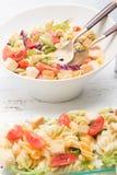 Ensalada de pasta italiana con los tomates fotografía de archivo libre de regalías