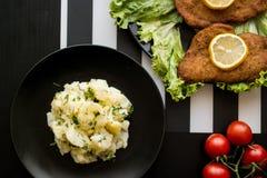 Ensalada de patata con el escalope en el restaurante Fotos de archivo libres de regalías