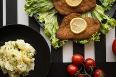 Ensalada de patata con el escalope en el restaurante Fotografía de archivo