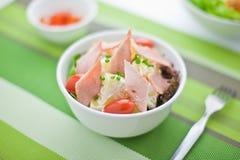 Ensalada de patata con el salami Fotos de archivo libres de regalías