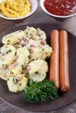 Ensalada de patata con las salchichas de la salchicha de Frankfurt Fotos de archivo libres de regalías
