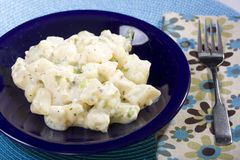 Ensalada de patata del vegano con la preparación del yogur de la soja Imagen de archivo libre de regalías