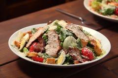 Ensalada de pollo Caesar Salad con el pollo asado a la parrilla en la placa Gril Foto de archivo libre de regalías