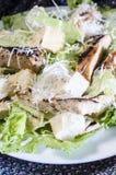 Ensalada de pollo clásica de César en la tabla de madera Fotografía de archivo libre de regalías