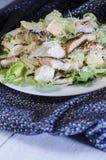 Ensalada de pollo clásica de César en la tabla de madera Foto de archivo libre de regalías