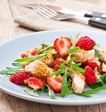 Ensalada de pollo con arugula y fresas imagen de archivo