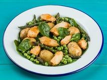 Ensalada de pollo con los guisantes de espárrago espinaca y patatas Imagen de archivo
