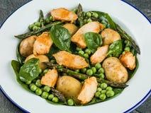 Ensalada de pollo con los guisantes de espárrago espinaca y patatas Fotos de archivo