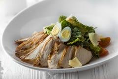 Ensalada de pollo con los huevos, la lechuga y los tomates imagenes de archivo