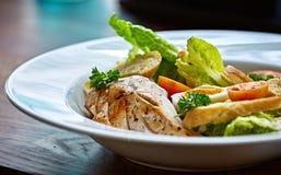Ensalada de pollo con los tomates de las verduras de hoja, del cardo, de los huevos, del bulgur y de cereza Foto de archivo