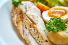 Ensalada de pollo con los tomates de las verduras de hoja, del cardo, de los huevos, del bulgur y de cereza Imagenes de archivo