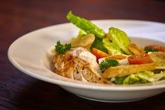 Ensalada de pollo con los tomates de las verduras de hoja, del cardo, de los huevos, del bulgur y de cereza Imagen de archivo libre de regalías