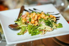 Ensalada de pollo de César con los cuscurrones de los tomates, del arugula y del pan Fotografía de archivo