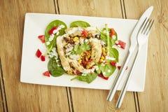 Ensalada de pollo en el plato blanco Imagen de archivo libre de regalías