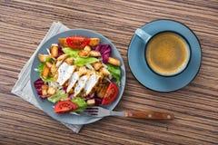ensalada de pollo fresca con la taza de café azul Fotos de archivo